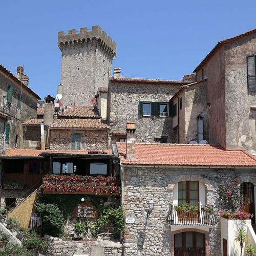Capalbio_-_Centro_del_paese,_con_torre